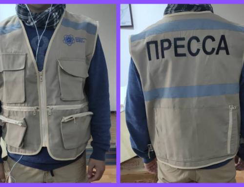Журналисты, освещающие парламентские выборы, получают жилеты с надписью «ПРЕССА»